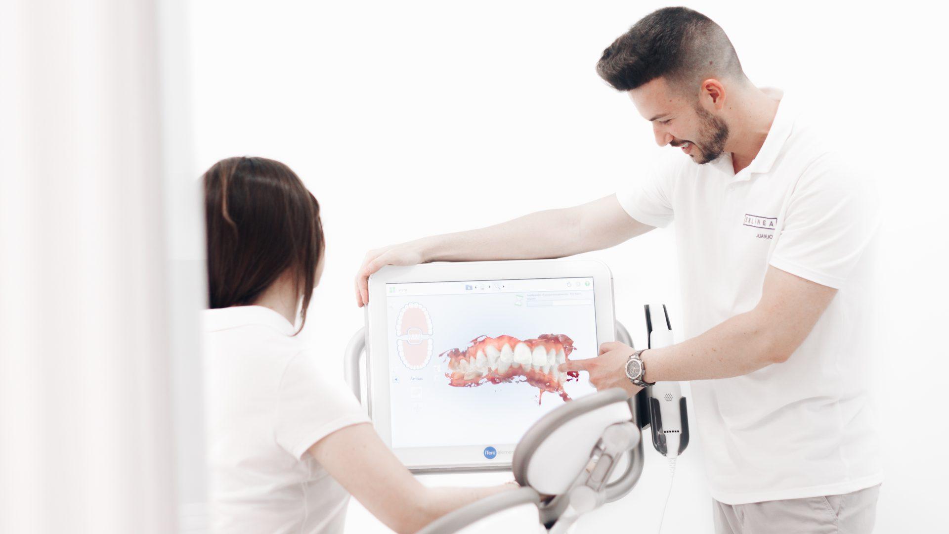 Dentista usando el escáner iTero