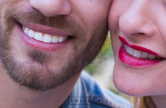 Pareja con dientes blanqueados sonriendo