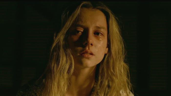 Ester Expósito interpretando en la serie La Caza