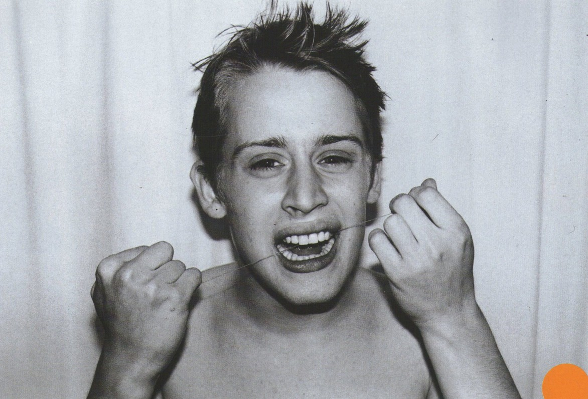 macaulay culkin pasando el hilo dental