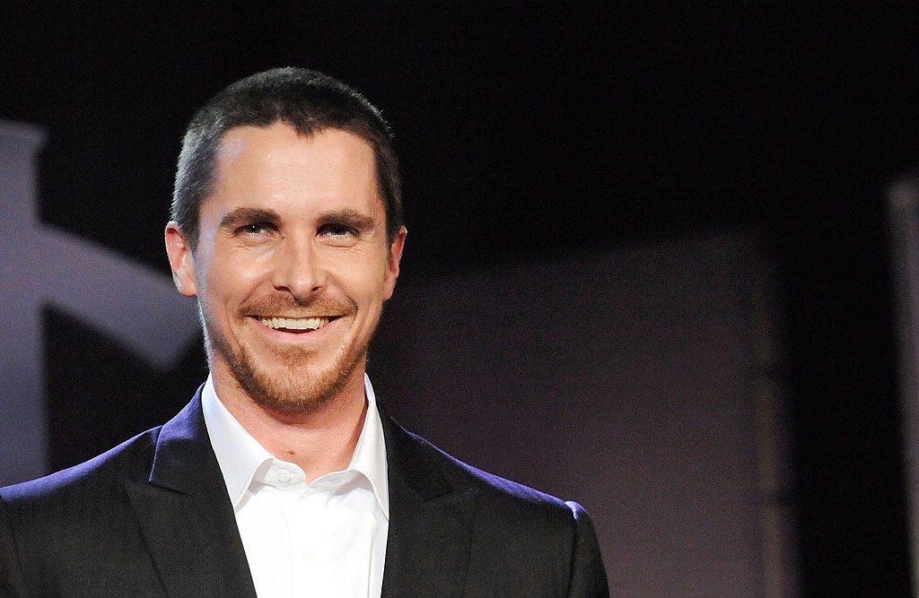 El actor Christian Bale sonriendo