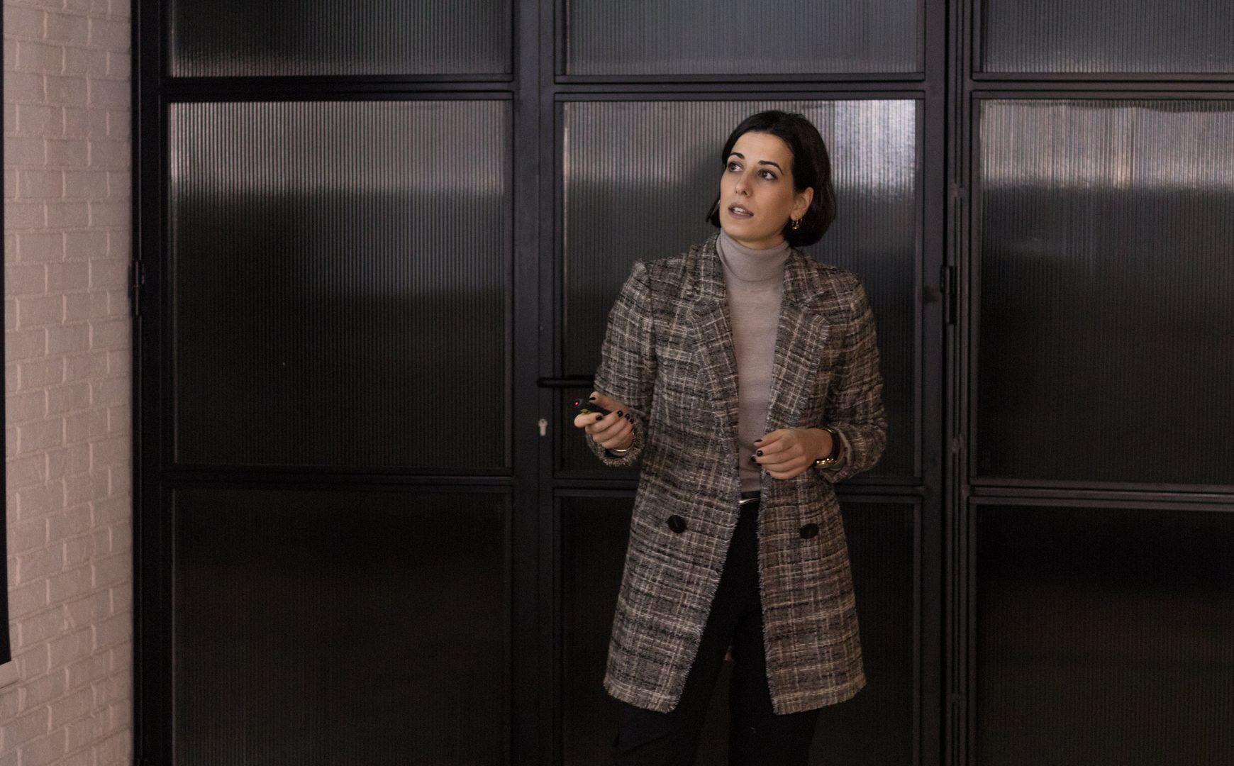 La doctora Ana Pardo da una conferencia en Aligners Academy