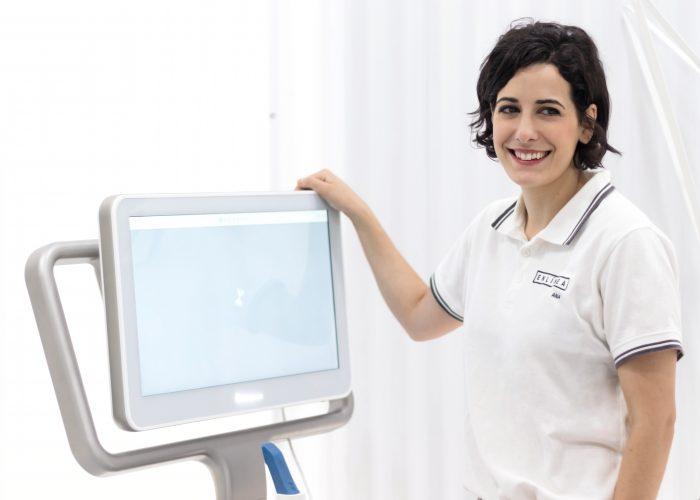 Nuestra compañera Ana con el escáner iTero