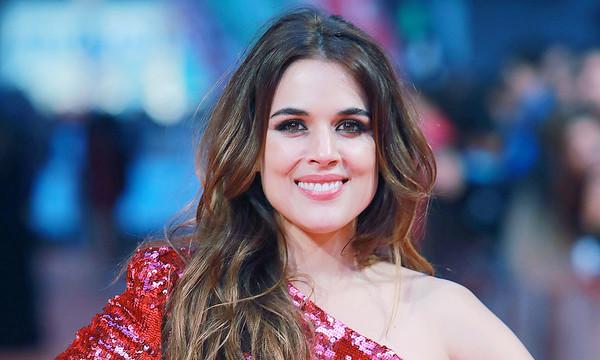 Adriana Ugarte sonriendo