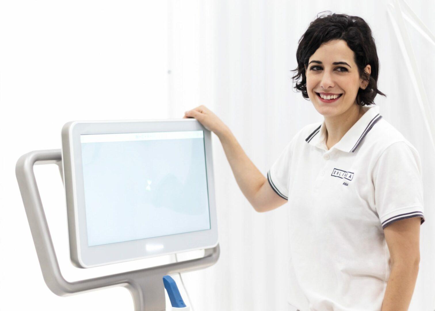 La doctora Ana con el escáner iTero