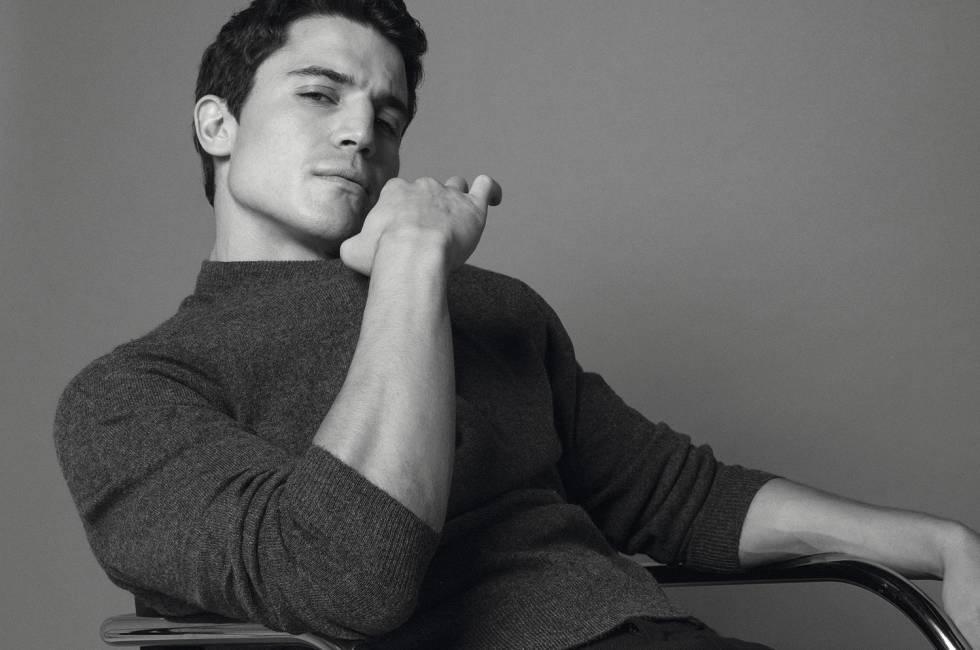el actor Alex Gonzalez posando sentado