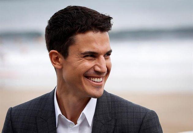 el actor Alex González sonriendo