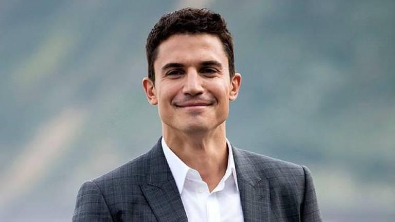 el actor Alex Gonzalez posando sonriendo con la boca cerrada