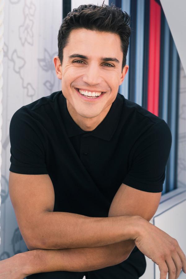 El actor Alex Gonzalez sonriendo