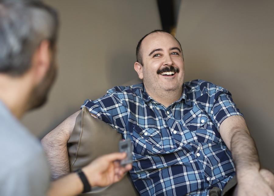 Carlos Areces sonriendo en una entrevista