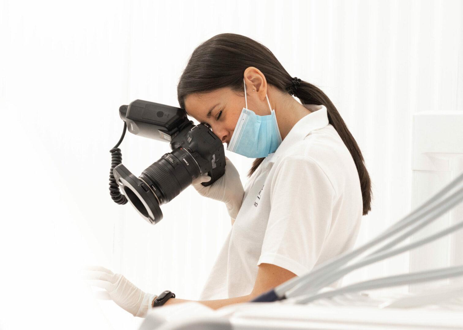 La Dra. Rocío Carellán realizando una fotografía