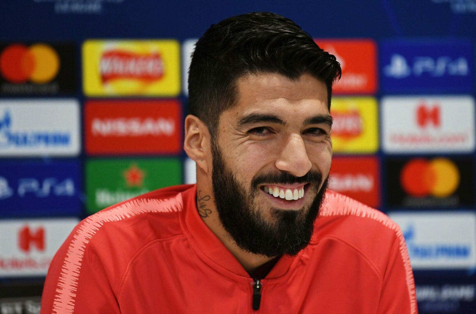 Luis Suárez sonriendo en rueda de prensa